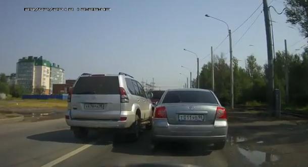Dos conductores rusos enfrentados en la carretera