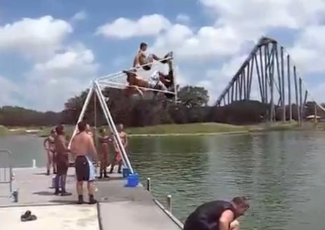 Este es el uso que le dan los rusos a los columpios en verano