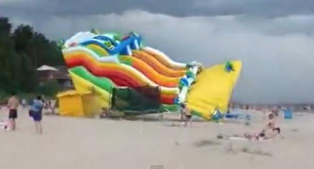 ¿Hay algo peor que una sombrilla descontrolada en la playa un día de viento?. Si, un enorme tobogán inflable