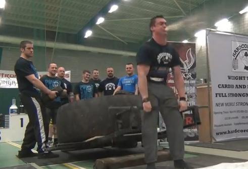 Un hombre vomita del esfuerzo al levantar las pesas