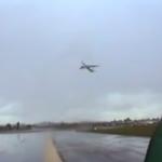 Un Airbus A330 parece que se detiene en el aire por el fuerte viento en contra
