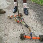 Coche reciclado de juguete hecho en Camerún