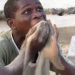 Un joven sudafricano se gana la vida comiendo cristales y arena de la playa ante los turistas