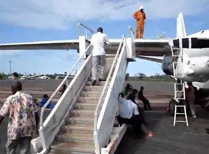 De esta forma se rellana el depósito de combustible de un avión en el Congo...