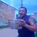 Un hombre se saca un diente con una piedra pesada