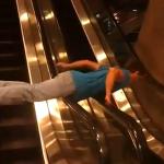 Haciendo el idiota en las escaleras mecánicas