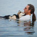 La foto de un perro enfermo acompañado con su dueño arrasa en Facebook