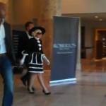 Un guardaespaldas de Lady Gaga bloquea a un fan que quería un autógrafo