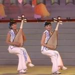 Instrumentistas chinas que se sientan en sillas invisibles