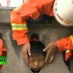 A un niño chino se le queda la cabeza atrapada en una balaustrada de piedra