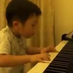 Un niño de 4 años que toca el piano de una forma magistral