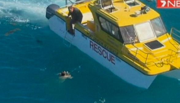 Un hombre es rescatado en aguas infestadas de tiburones en Australia