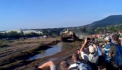 El público se lleva una sorpresa durante un show de tanques