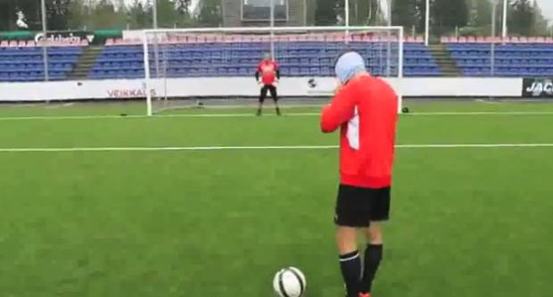 Pekka Sihvola marca un penalti de rabona y con los ojos vendados