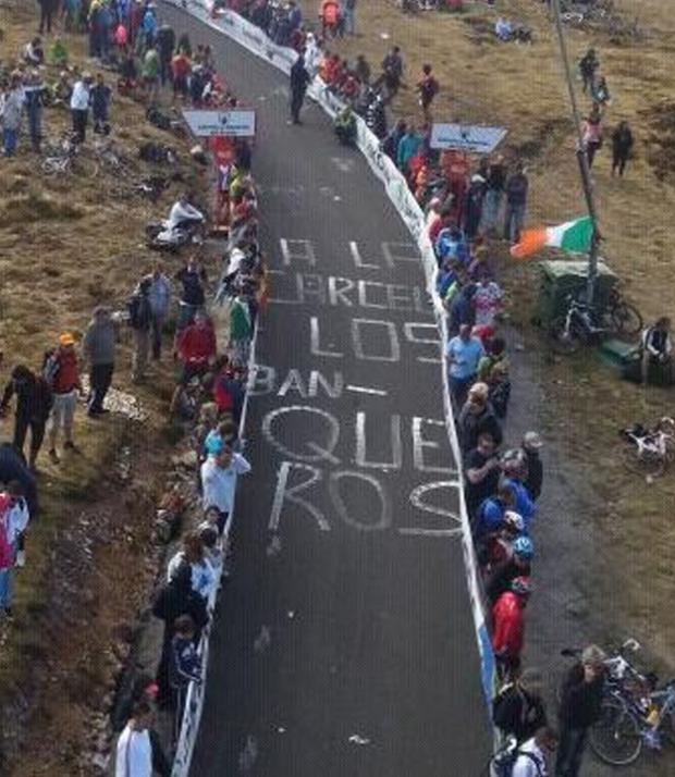 Pintada en el asfalto durante la Vuelta Ciclista