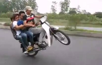 ¿Es posible hacer un caballito en un ciclomotor con cuatro personas?