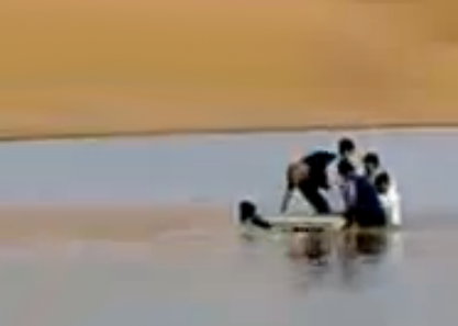 Así es como cruzan el río en Arabia Saudita