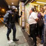 25-S: El dueño de un bar protege a la gente que se refugia de una carga policial