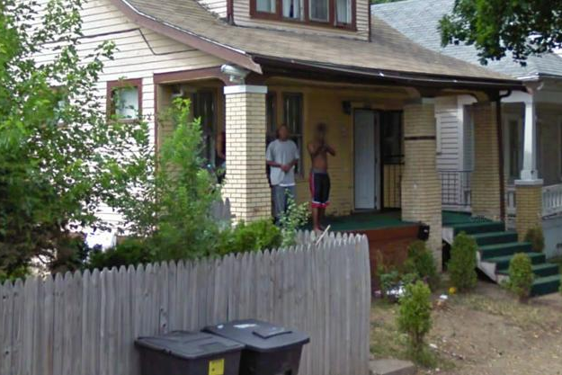 Descubren una imagen de un joven encañonando al coche de Google Street View