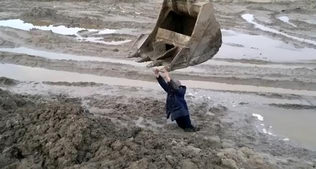 Un hombre se queda atrapado en el barro en Rusia