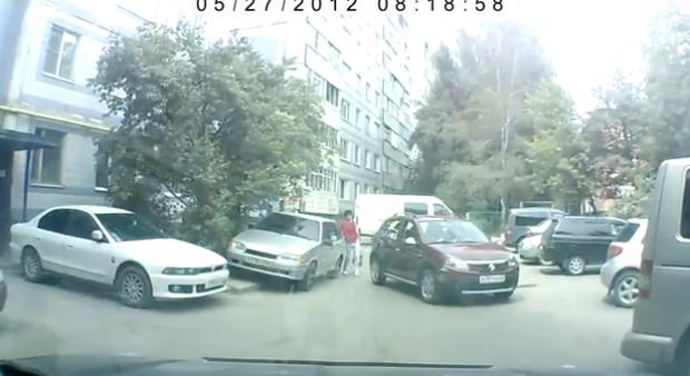 Una mujer atropella a otra mujer que le ayudaba a aparcar y se va
