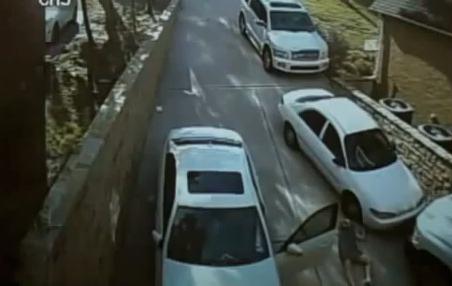 Una mujer se olvida de poner el freno de mano a su Mercedes y ocurre esto