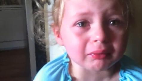 Una niña dice adiós a su chupete