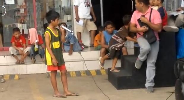Un niño de la calle cantando el 'I Will Always Love You' de una manera impresionante en Filipinas