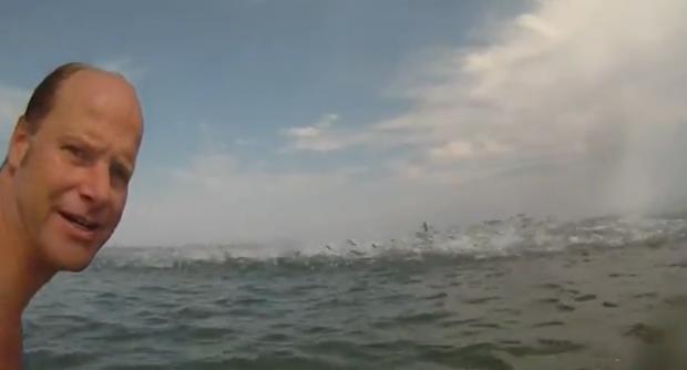 Cientos de peces saltando muy cerca de los surfistas