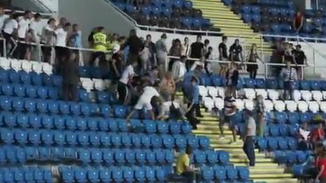 Pelea entre aficionados en las gradas de un estadio de Ucrania