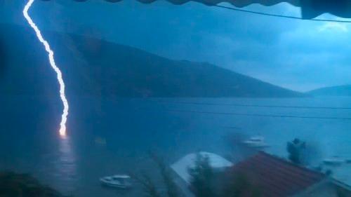 Un rayo golpea el mar en la bahía de Kotor, Montenegro