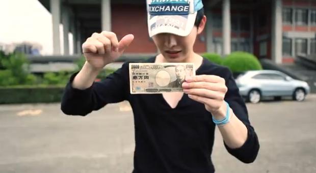 El hombre que no necesita ir a un banco para cambiar el dinero, lo hace a través de la magia