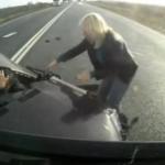 Impacta brutalmente contra un camión en un adelantamiento y sale ileso