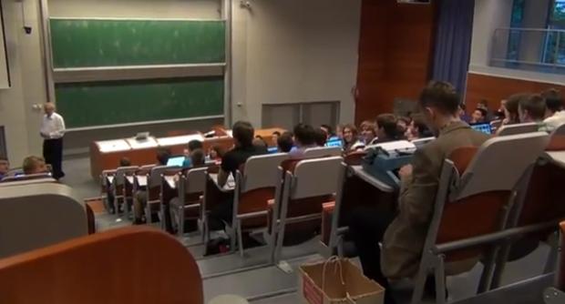 Un estudiante toma apuntes en la universidad con una máquina de escribir