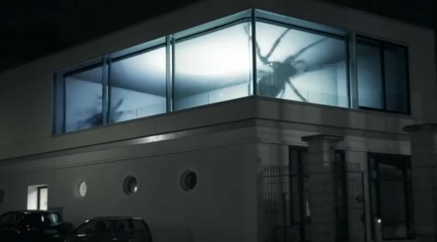 Impresionante ilusión de arañas gigantes en un piso