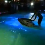 Backflip con una moto de agua en una piscina