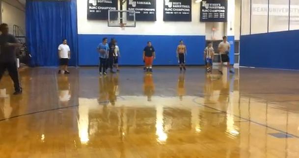 Balón prisionero: Elimina a un jugador contrario haciendo un salto espectacular
