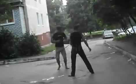 Brutal patada en una pelea callejera