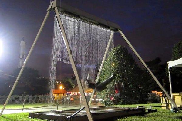 Waterfall Swing: Columpio con cascada de agua en el que no te mojas