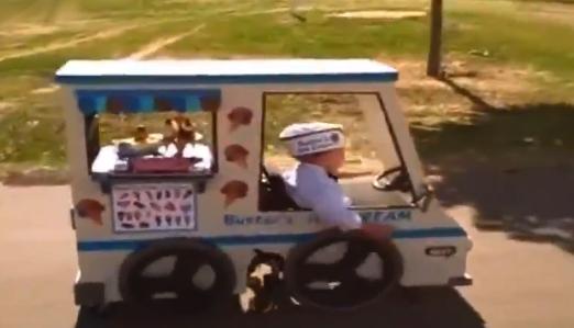Un padre le hace un disfraz de camión de los helados a su hijo que usa silla de ruedas
