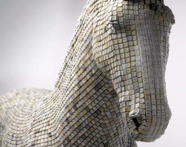Escultura de un caballo hecha con 18.000 teclas de ordenador
