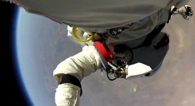 El salto de Felix Baumgartner visto desde la cámara instalada en una de sus piernas