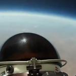El salto de Felix Baumgartner visto desde una de las cámaras de su traje