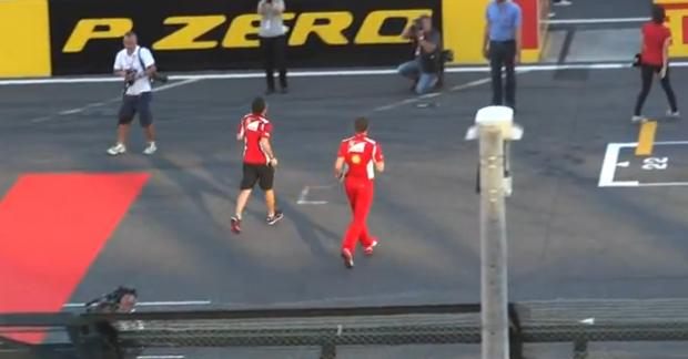 Fernando Alonso trolleando por el paddock
