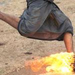 En Indonesia juegan al fútbol con un coco en llamas