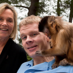 El mono Kasey ayuda a un hombre con su lesión cerebral