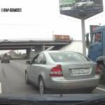 Motoristas furiosos vengan a su compañero