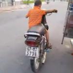 Tiene 6 años y no tiene una bici, tiene una moto