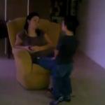 Un niño llora al enterarse que Hugo Chávez ganó las elecciones en Venezuela