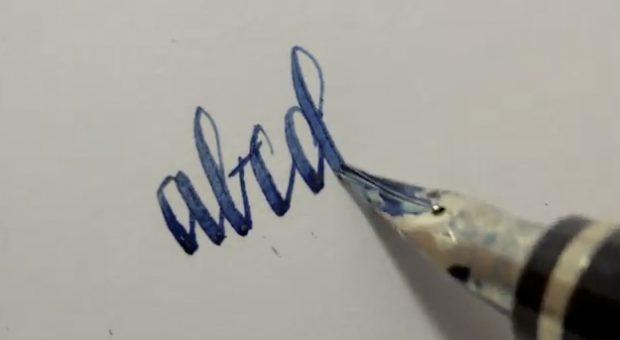 Demostración de como escribir con una pluma estilográfica Namiki